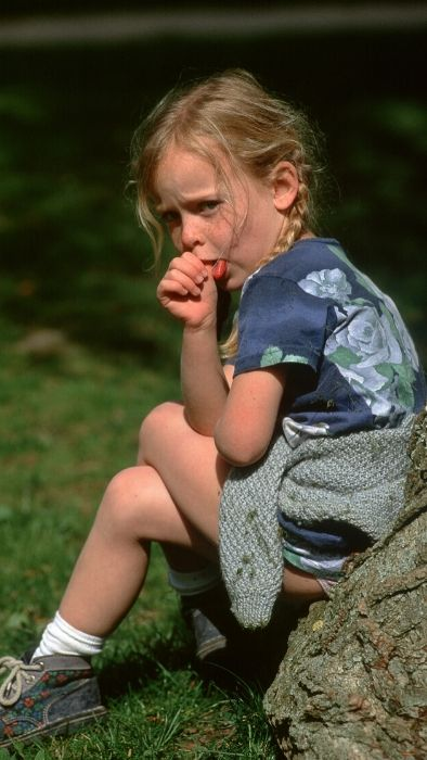 girl sitting on a stone, sucking on her thumb, hypnosis to eliminate bad habits for children